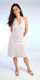 Schöne junge Dame in einem weißen Sommer-Kleid Stockfotografie