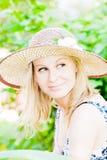 Schöne junge Dame im Garten Stockfoto
