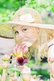 Schöne junge Dame im Garten Lizenzfreie Stockfotos