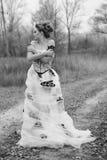 Schöne junge Dame im herrlichen Weinlesekleid im Wald Stockfotografie
