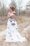 Schöne junge Dame im weißen Kleid der herrlichen Weinlese Lizenzfreies Stockfoto