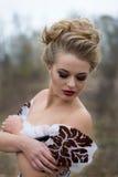 Schöne junge Dame im weißen Kleid der herrlichen Weinlese, Beruf Stockfoto