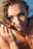 Schöne junge Dame mit dem nassen Haar im Freien Lizenzfreies Stockfoto
