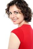 Schöne junge Dame mit einem warmen Lächeln Stockbilder