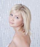 Schöne junge Dame mit Portrait des blonden Haares Stockfotografie