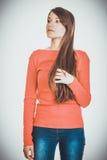 Schöne junge durchdachte Studentenfrau lizenzfreie stockfotos