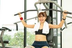 Schöne junge Eignungs-Frau der Asiaten anhebender Barbell Anhebende Gewichte der sportlichen Frau Geeignetes Mädchen, das Gebäude stockfotos