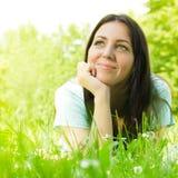 Schöne junge entspannende Frau stockfoto
