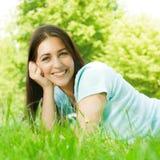 Schöne junge entspannende Frau stockbild