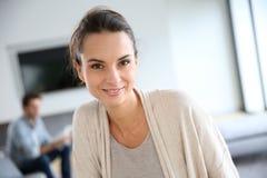 Schöne junge entspannende Frau zu Hause Lizenzfreie Stockfotografie