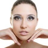 Schöne junge erwachsene Frau mit sauberer frischer Haut auf weißem backg Lizenzfreies Stockfoto