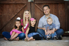 Schöne junge Familie Lizenzfreie Stockfotos