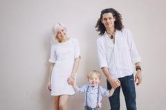 Schöne junge Familie Lizenzfreie Stockbilder