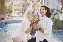 Schöne junge Familie Stockfotos