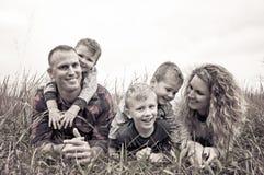Schöne junge Familie auf dem Gebiet stockbild
