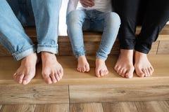 Schöne junge Familie Bloße Füße der Mutter, des Vaters und der Tochter lizenzfreie stockbilder