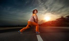 Schöne junge fette aufwärmende Frau Lizenzfreie Stockbilder