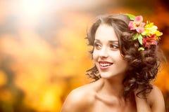 Schöne junge Frau über Herbsthintergrund Lizenzfreie Stockbilder