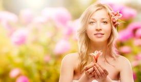 Schöne junge Frau über Herbsthintergrund Stockbild