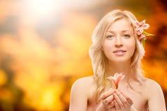 Schöne junge Frau über Herbsthintergrund Stockfotos