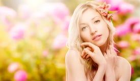 Schöne junge Frau über Herbsthintergrund Lizenzfreies Stockfoto