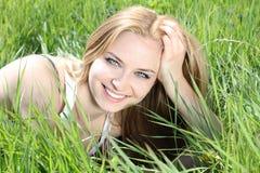 Schöne junge Frau über Natur Lizenzfreie Stockfotografie