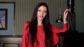 Schöne junge Frau stock video