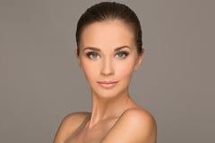 Schöne junge Frau stockbild