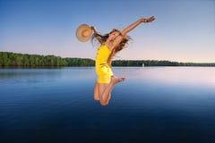 Schöne junge Frau auf dem Himmel lizenzfreie stockfotografie