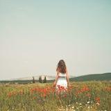 Schöne junge Frau auf dem Mohnblumengebiet Lizenzfreie Stockfotografie