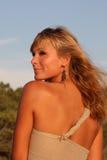 Schöne junge Frau auf dem Strand Lizenzfreies Stockfoto