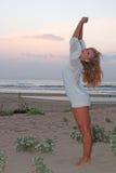 Schöne junge Frau auf dem Strand Stockfoto