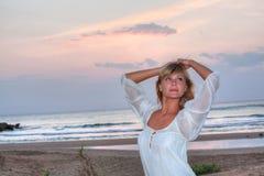 Schöne junge Frau auf dem Strand Stockfotografie