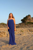 Schöne junge Frau auf dem Strand Lizenzfreie Stockfotos