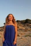 Schöne junge Frau auf dem Strand Lizenzfreie Stockfotografie