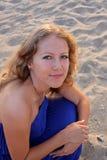 Schöne junge Frau auf dem Strand Stockbilder