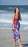 Schöne junge Frau auf dem Strand Stockfotos