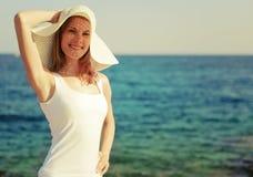 Schöne junge Frau auf dem Strand Stockbild