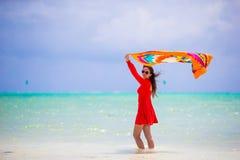 Schöne junge Frau auf dem Strand Der Ferien Freizeitglückfreudenspaß Wellness Konzept draußen Gesunder Active Stockfoto