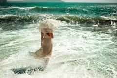 Schöne junge Frau auf dem Strand Ozean Stockbilder