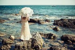 Schöne junge Frau auf dem Strand Ozean Stockbild