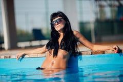 Schöne junge Frau auf der Erholungsstätte Körper, schöne Beute, Sommer lizenzfreies stockbild