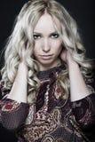 Schöne junge Frau auf dunklem Hintergrund Lizenzfreie Stockfotografie