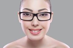 Schöne junge Frau auf einem grauen Hintergrund, Schönheitskonzept überarbeiten Sie vorher und nachher Gesicht und Auge teilten si stockbilder