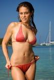 Schöne junge Frau auf einem Strand. Stockbild