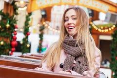 Schöne junge Frau auf einer Achterbahn Stockbilder
