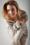 Schöne junge Frau auf grauem Hintergrund Stockbild