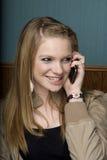 Schöne junge Frau auf Handy stockfotografie