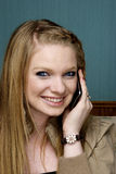 Schöne junge Frau auf Handy Stockbilder