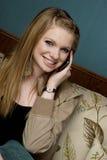 Schöne junge Frau auf Handy Lizenzfreies Stockbild